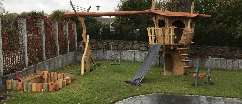 Baumhaus mit Schaukel im Garten eines Pivatkunden