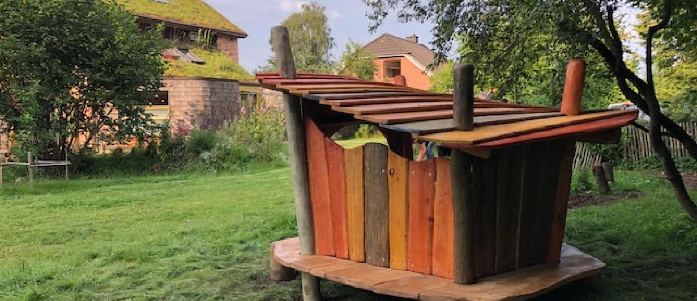 Buntes Spielhaus im Grünen